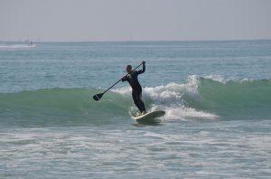 Coger ola con paddle surf